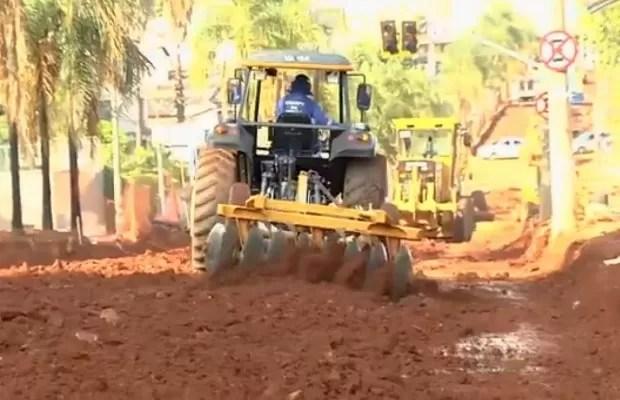 Prazo inicial para o fim da obra na Avenida T-7 era setembro, em Goiânia, Goiás (Foto: Reprodução/ TV Anhanguera)