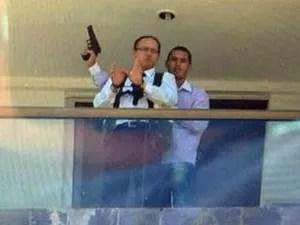 Mensageiro do hotel algemado na varanda de um dos quartos é usado como escudo pelo sequestrador armado em Brasília (Foto: Polícia Civil/Divulgação)