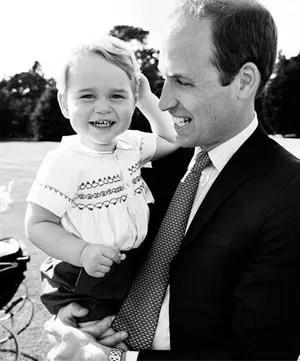 O príncipe William segura o príncipe George no dia do batizado da princesa Charlotte (Foto: Reprodução/Instagram/Kensington Palace)