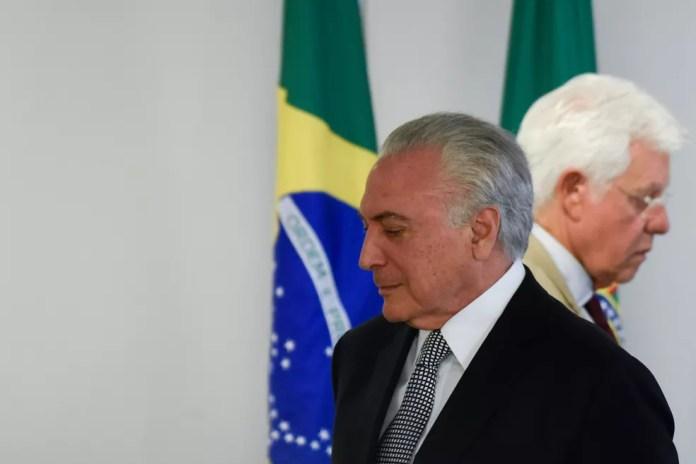 Michel Temer e Moreira Franco são vistos durante cerimônia em Brasília em maio de 2018 — Foto: Mateus Bonomi/AGIF/AFP