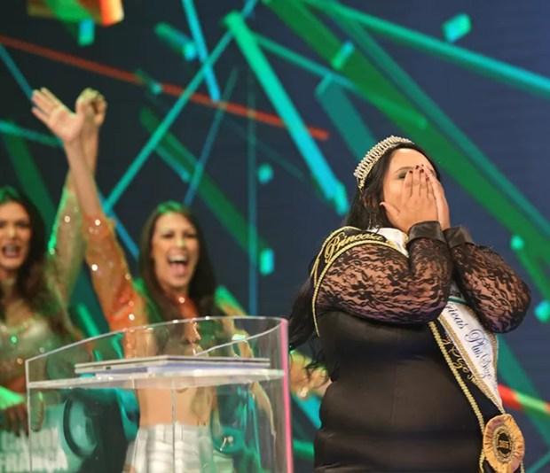 Miss plus size Janaína Brito ficou emocionada ao vencer o 'Tem gente atrás' (Foto: Carol Caminha / Gshow)