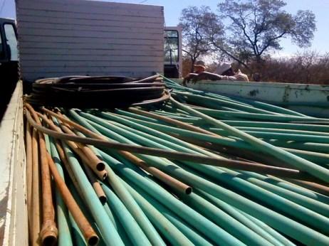 Tubulações e mangueiras são recolhidas em operação da Compesa e PM-PE no Sertão (Foto: Divulgação/ Compesa)