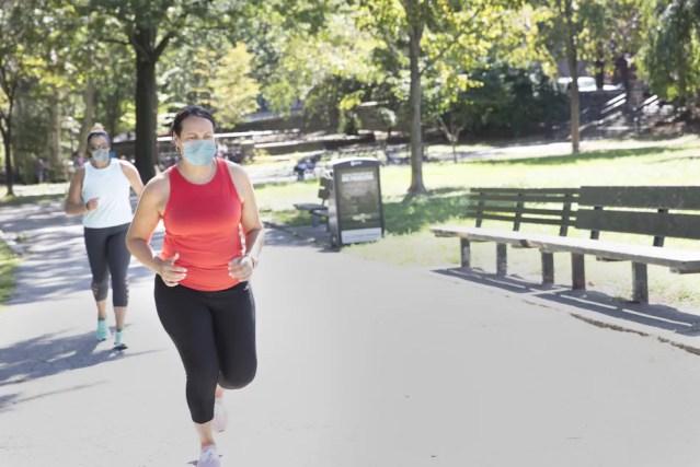 Exercícios devem ser realizados regularmente para prevenir doenças crônicas e, durante a pandemia, precisam ser ajustados às possibilidades de cada pessoa — Foto: Istock Getty Images
