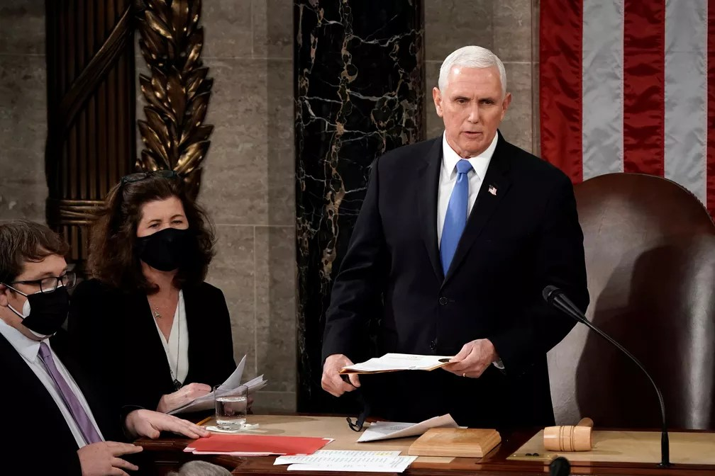 Mike Pence durante sessão no Congresso dos EUA para certificar a vitória de Biden nas eleições americanas. — Foto: J. Scott Applewhite/Pool via REUTERS