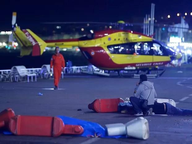 Indivíduo ferido é atendido no chão após atropelamento de caminhão no sul da cidade francesa de Nice (Foto: REUTERS/Eric Gaillard)