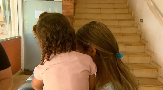 Mônica Sardinha Matos com a filha, de 2 anos, na Secretaria de Educação de Ribeirão Preto — Foto: Paulo Souza/EPTV