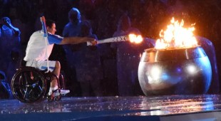 Clodoaldo Silva acende a pira paralímpica (Foto: André Durão)