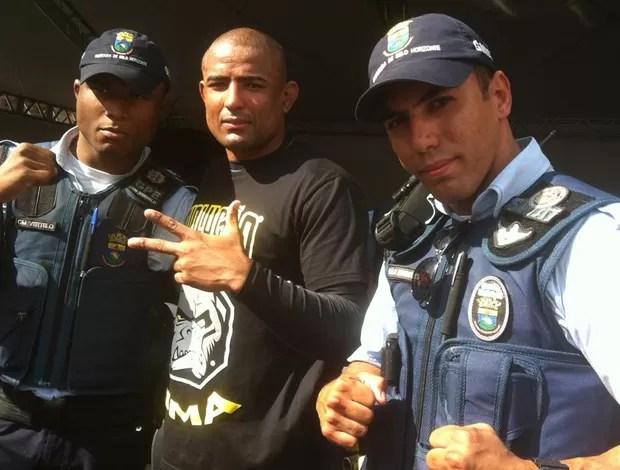 Serginho e os policiais  (Foto: Ana Hissa / Globoesporte.com)