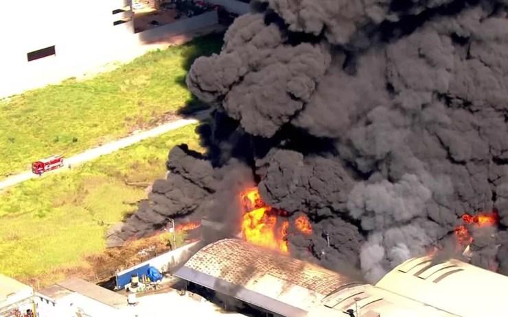 Incêndio atinge fábrica em Guarulhos (Foto: Reprodução/TV Globo)