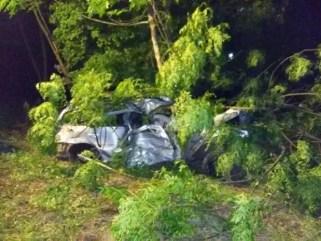 Jovem perdeu controle de veículo e bateu em árvores na RSC-452, em Vale Real (Foto: Corpo de Bombeiros voluntários de Bom Princípio/Divulgação)