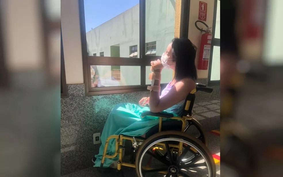 Sthéfany em cadeira de rodas no hospital, em Goiânia — Foto: Arquivo Pessoal/Geraldo Ribeiro