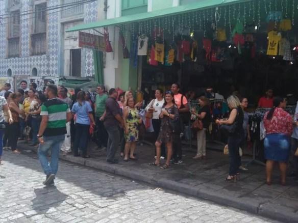 Funcionários da SEDUC evacuaram o prédio na manhã desta terça-feira (Foto: João Ricardo / G1)
