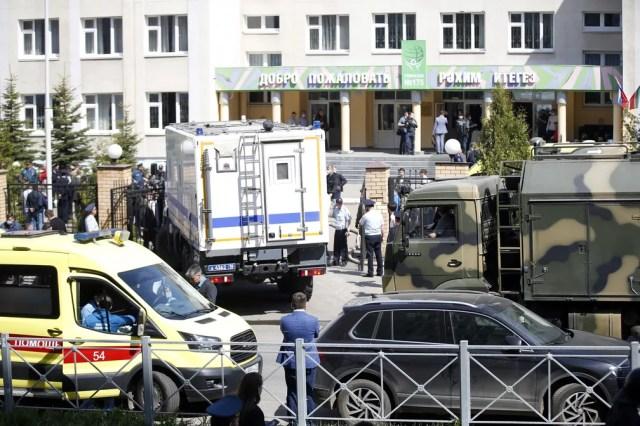 Ambulâncias e carros da polícia em frente a escola em Kazan, na Rússia, após ataque a tiros em 11 de maio de 2021 — Foto: Roman Kruchinin/AP