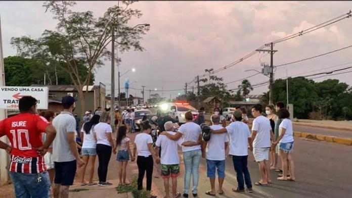 No local do acidente, amigos e familiares fizeram uma corrente de oração — Foto: Arquivo pessoal