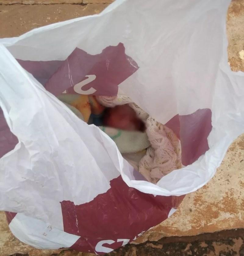 Recém nascida encontrada em sacola plástica passou por atendimento médico de urgência.  — Foto: Redes sociais