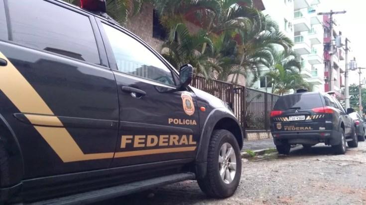 Agentes da Polícia Federal saíram de Macaé para participar da operação na manhã desta terça-feira (Foto: Inter TV/Renan Gouvêa)