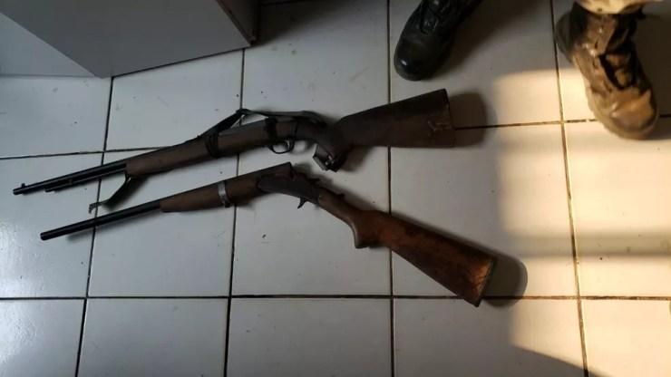 Armas usadas no crime foram apreendidas durante cumprimento de mandado de internação e de prisão — Foto: Arquivo/PM-AC