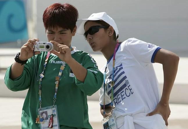 Friba Rezayee e Robina Muqimyar Jalali representaram o Afeganistão em Atenas 2004 — Foto: Getty Images