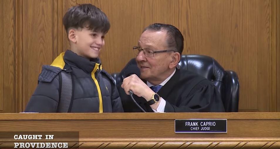 媽媽不會說英文「8歲兒子上法庭發聲求情」 一句話「讓法官感動撤告」被讚翻:真正的情理法! - LOOKER 新鮮事