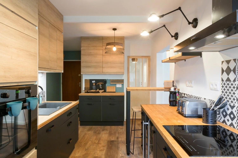 une cuisine bleu marine et carreaux de