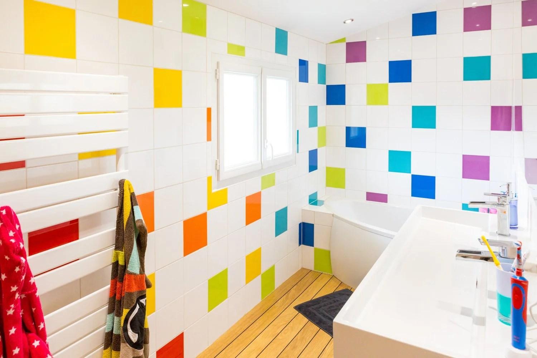 salle de bain multicolore bright