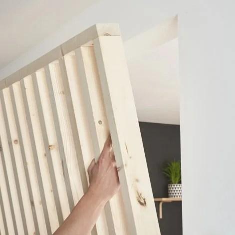 Fabriquer Une Cloison Ajouree En Tasseaux De Bois Avec Un Coffre Integre Leroy Merlin
