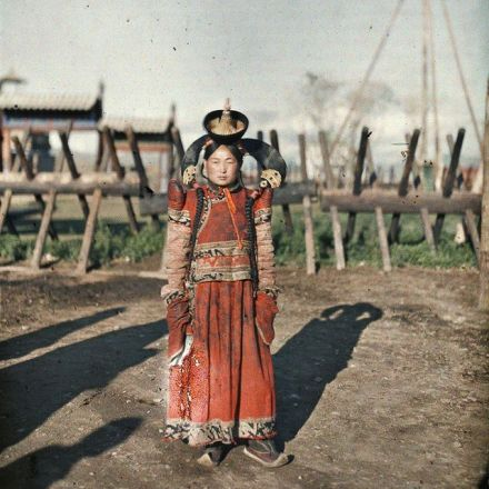Vintage Women Fashion in Autochrome – Stunning Color Photos of Girls in Traditional Dresses from between the 1900s-20s