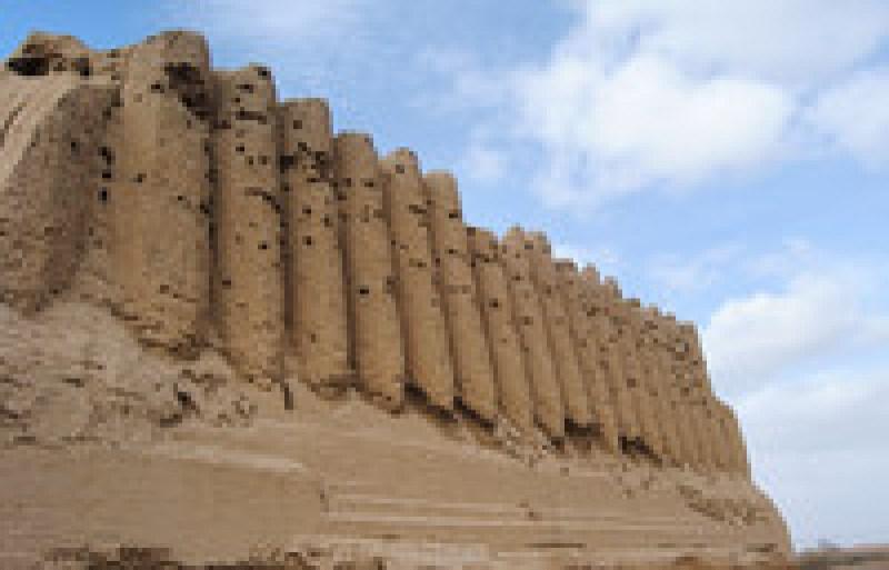 Потрясающие руины древнего город Мерв посреди песков Центральной Азии