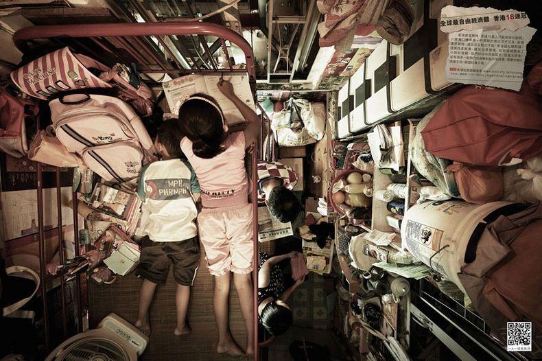 Apartemen Hong Kong Ayah Membaca Kakak Belajar