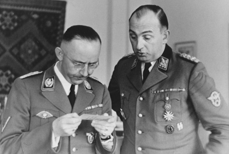 Heinrich Himmler mira una fotografía en su cumpleaños junto a Kurt Daluege el 7 de octubre de 1942