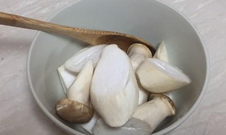 【休斯教練的水煮私房菜】-番茄雞肉湯佐椒鹽杏包菇