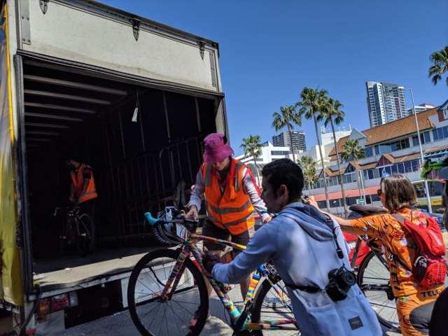 自転車はトラックに積載