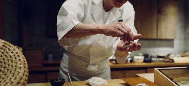 寿司を握る職人