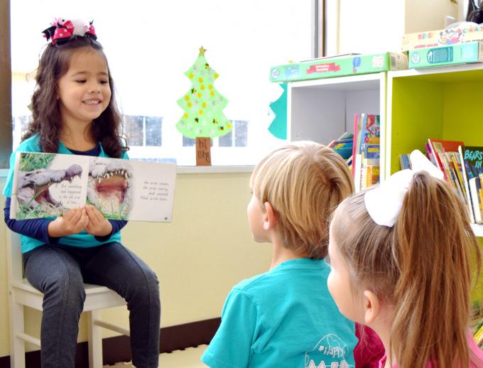 先生になりきって絵本を読む児童。お子様一人ひとりの「やってみたい!」という気持ちをしっかりと汲み取り応えていきます。「あなたはどうしたい?」と常に問いかけながら、子供の中から湧き出てくるやる気や、興味、自分らしさを伸ばすことを心がけた教育環境をご提供しています。