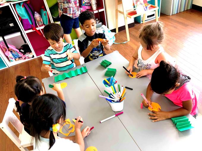 アート教育も重視している「町田インターナショナルキッズスクール」。日々のレッスンで様々なアート作品を制作することでお子様方のクリエイティビティーを育みます。