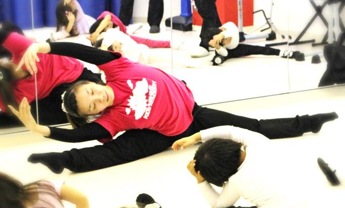 サンシャインキッズアカデミーに通う子供達は踊ることが大好き。クラシックバレエのクラスでは基本的な姿勢や手、足のポジジョン、ジャンプや回転の仕方など基礎を学びます。