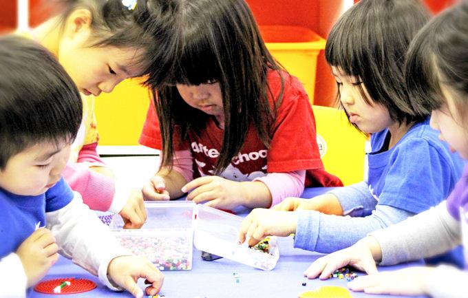 「微細運動能力」は幼児期に飛躍的な発達をみせる機能と言われています。サンシャインキッズアカデミーの子供達はアイロンビーズで自分の好きな型や模様を作り楽しみながら指先の微細運動能力をUPしています!