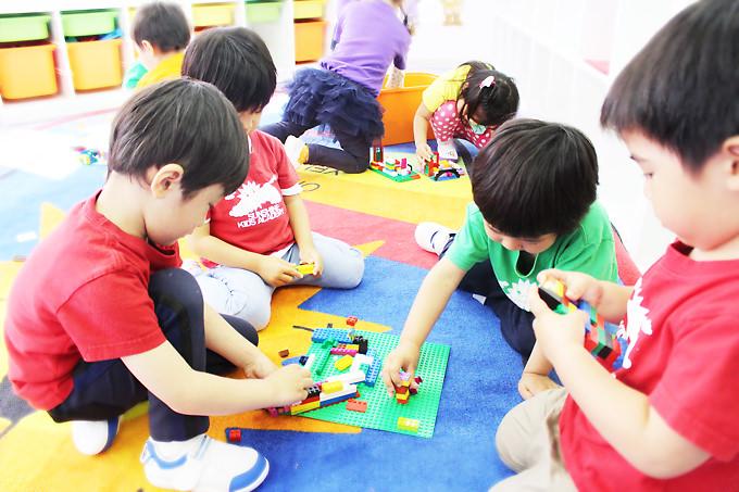 サンシャインキッズアカデミーの子供達はレゴブロックで創造性を育み遊びながら学んでいきます。