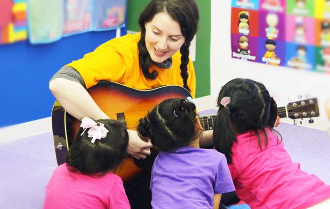 生楽器の伴奏に合わせ、子供達はリズム感や感情表現を身につけていきます!