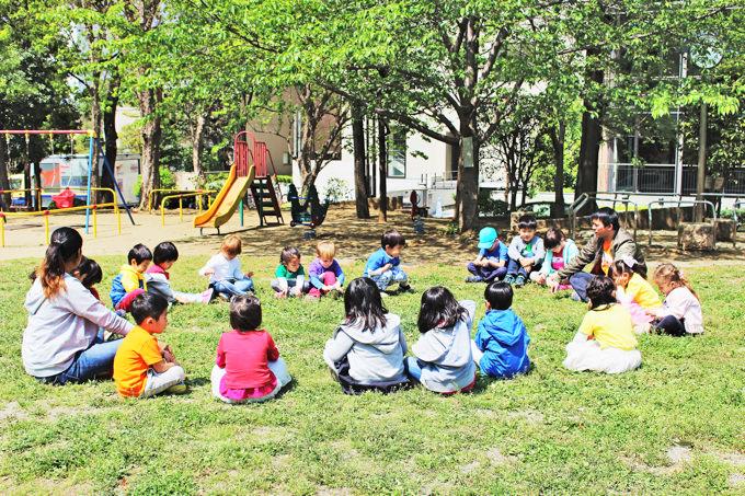 子供達は外遊びが大好き。みんなで芝生の上で輪になってストレッチをしたり準備運動してから遊びます。