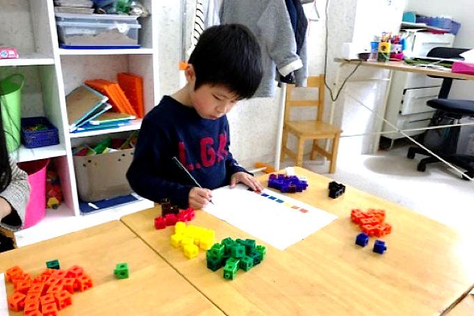 子供達はブロック、おはじき、ゲームを用い、複数の感覚器官を刺激するような活動を通じて楽しく数に対する概念を発達させていきます。