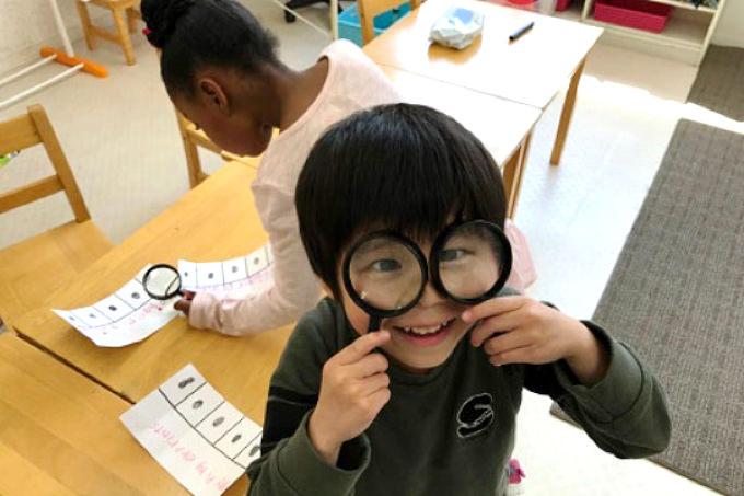 スクールでは子供の主体性と創造力を高める国際的な探究型総合テーマ学習カリキュラムIPCに基づき「自然科学」「社会」を学びます。知的好奇心を引き出された子供達は学ぶ楽しさを実感!
