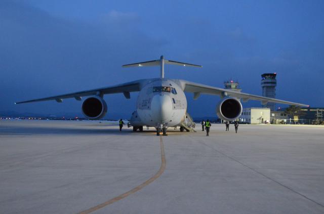 初の飛行任務に臨む自衛隊最大の輸送機C2=1月31日午前7時前、鳥取県境港市の航空自衛隊美保基地
