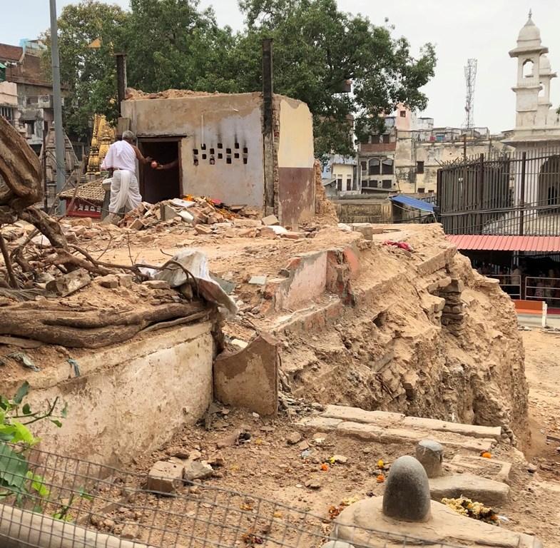 بنارس میں کاشی وشوناتھ مندر کاریڈور بنانے کے لئے گیان واپی مسجد کے نزدیک واقع ایک مندر کو گرا دیا گیا ہے۔ (فوٹو : سدھانت موہن / دی وائر)