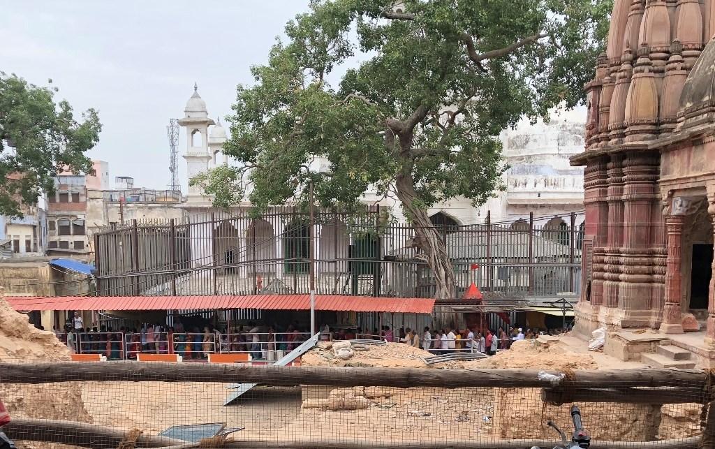 کاشی وشوناتھ مندر کاریڈور بنانے کے لیے گرایا گیا ایک مندر کا احاطہ /فوٹو: سدھانت موہن/دی وائر