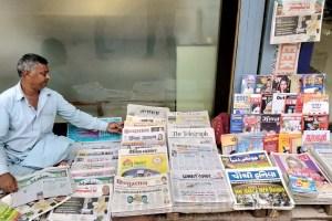 پٹنہ میں اخبار بیچتا ایک وینڈر/ فوٹو : مہتاب عالم/دی وائر
