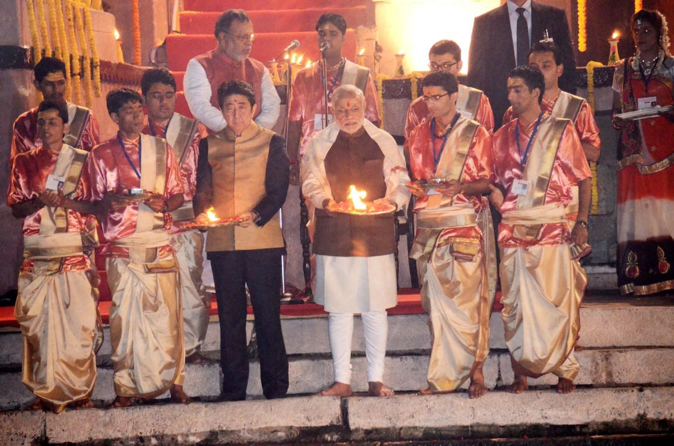 2015 میں جب جاپان کے وزیر اعظم ہندوستان آئے تھے تو وزیر اعظم نریندر مودی نے ان کے ساتھ بنارس کے دشاشومیدھ گھاٹ پر گنگا آرتی کی تھی۔ (فوٹو : پی آئی بی)