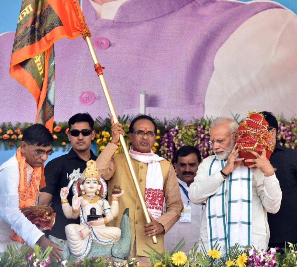 ایکاتم یاترا سے پہلے شیوراج سنگھ چوہان حکومت نے نرمدا سیوا یاترا کا انعقاد کیا تھا۔ اس کی اختتامی تقریب میں وزیر اعظم نریندر مودی بھی شامل ہوئے تھے۔ (فائل فوٹو : پی آئی بی)