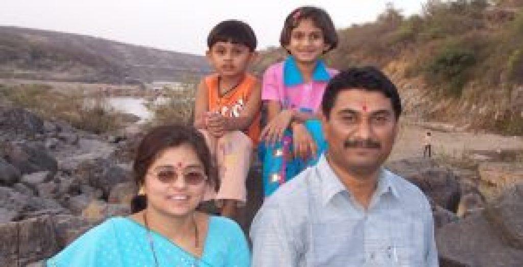 اپنی بیوی اور بچوں کے ساتھ آر ٹی آئی کارکن امت جیٹھوا (فوٹو بہ شکریہ: دمینتی دھار)