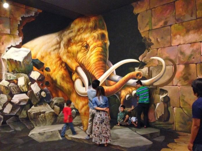 ช้างทะลุกำแพง
